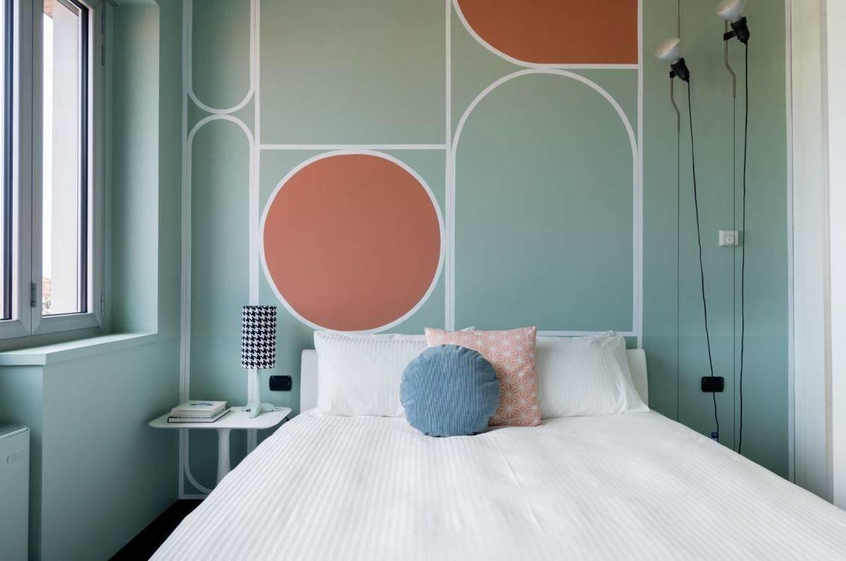 airbnb zeigt unterk nfte mit farbe des jahres living coral w v. Black Bedroom Furniture Sets. Home Design Ideas