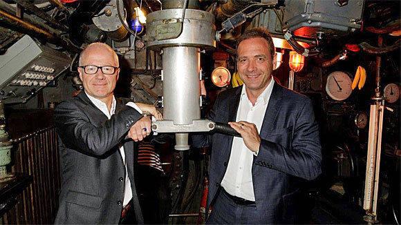 """""""Das Boot"""" geht dank Christian Franckenstein (l.)und Sky-Chef Carsten Schmidt wieder auf Tauchgang (Foto: Bavaria)."""