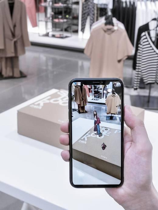 Das virtuelle Model taucht via AR-App im Zara-Shop auf.