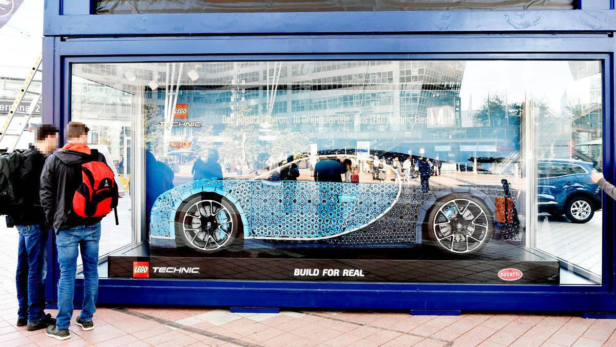 am m nchner flughafen parkt ein lego auto mit 1500 ps w v. Black Bedroom Furniture Sets. Home Design Ideas