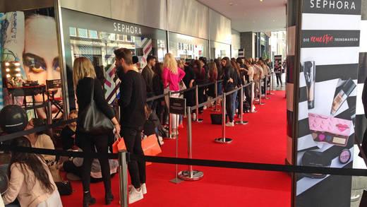 Sephora Shoperöffnung in München Schlange vor dem Einlass