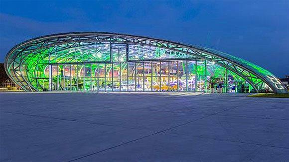 Der Salzburger Flughafen-Hangar 7, in dem Servus TV talken lässt (Foto: Servus TV).