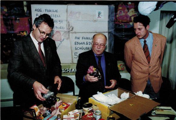 Minister Norbert Blüm (M.) packt aus: Er bekam ein Paket aus Sachsen-Anhalt. (Foto: privat)