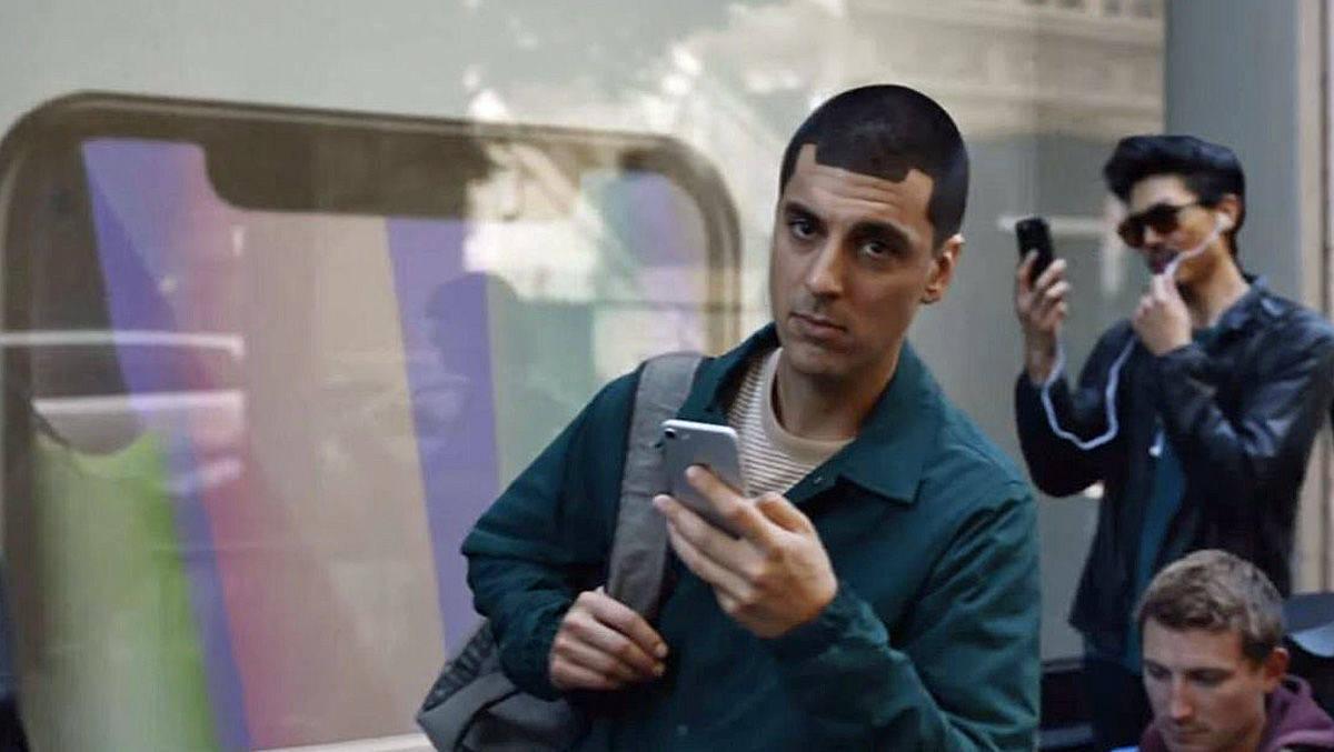 Samsung-Spot: Da guckt der Apple Fan in der Schlange vor dem Store dem Besitzer eines Galaxy S8 hinterer