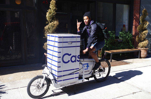 Casper liefert in Berlin Matratzen per Fahrradkurier (Foto: Casper).