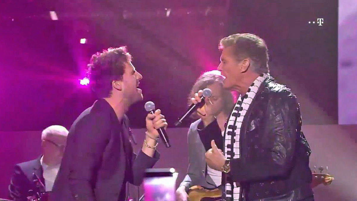 Moderator Luke Mockridge singt mit David Hasselhof.