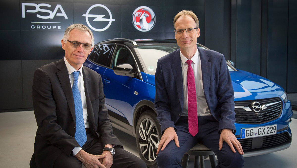 Carlos Tavares, Chairman of the Managing Board der Groupe PSA, und Opel CEO Michael Lohscheller vor dem Grandland X.