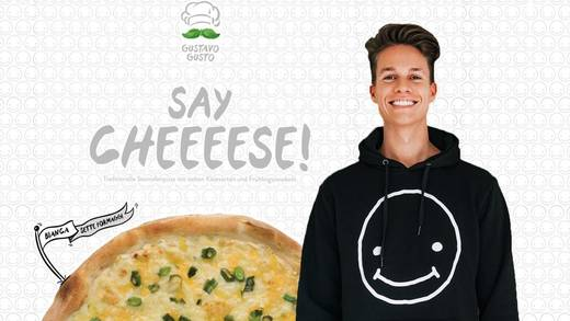 Say Cheese! YouTuber Luca und seine neue Pizza-Kreation.
